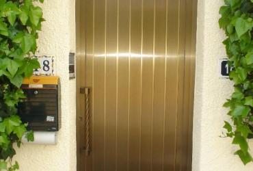 Puerta de aluminio dorada
