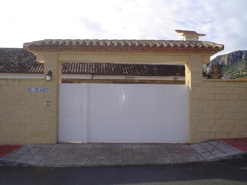 Proyectos cerrajeria espasa for Puertas chalet exterior