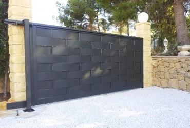 Puerta exterior con chapas entrelazadas