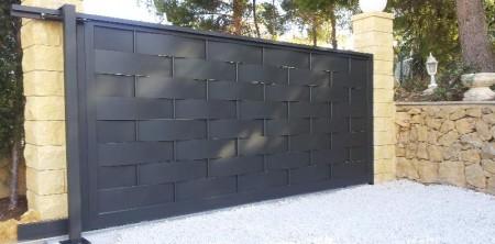 Puerta exterior con chapas entrelazadas for Puertas de chapa para exterior